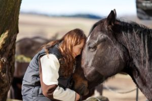 Equine-terapy-child-with-horse-free-rein
